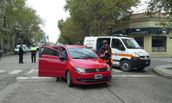Fuerte impacto entre dos vehículos en pleno centro