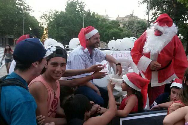 Papá Noel entregó regalos con la Agrupación 17 de Octubre