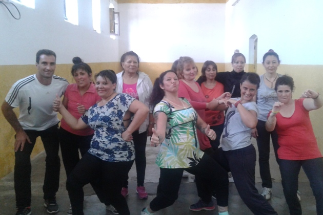Clases de gimnasia aeróbica y baile para las internas