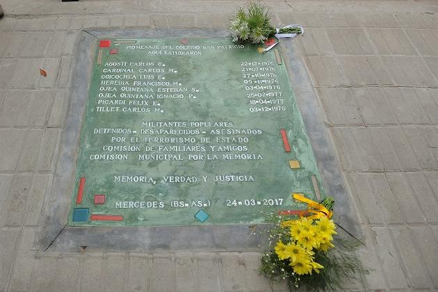 Descubrieron baldosa en homenaje a desaparecidos y asesinados