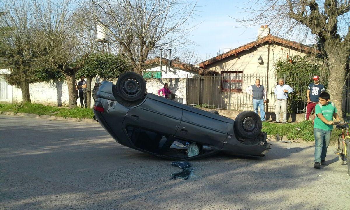 Una mujer herida tras el vuelco de un auto
