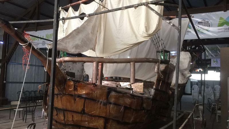 Jorge Blanco y su hijo Lucas preparan carroza de piratas para los Carnavales