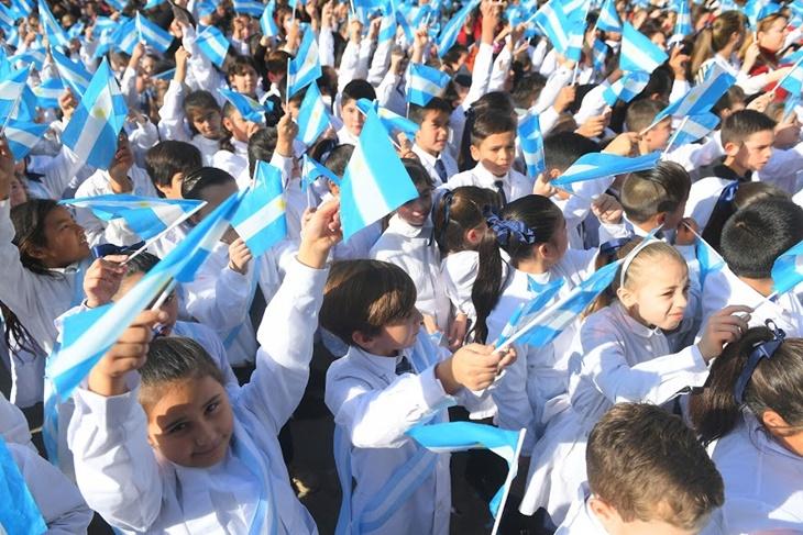 Ustarroz encabezó «Promesa a la bandera» de nenas y nenes de 4° grado