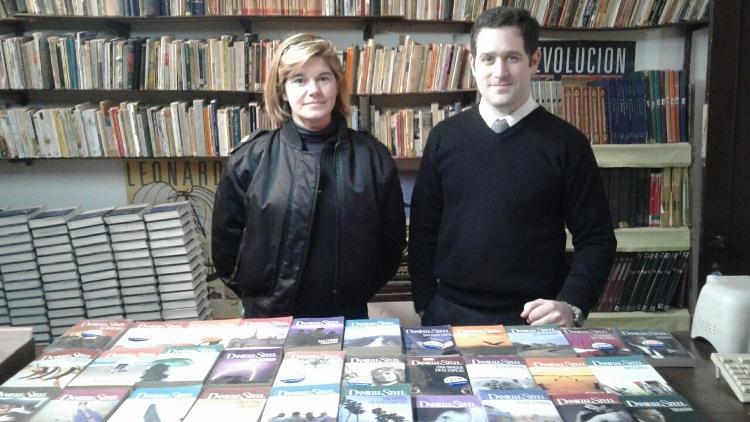 Donan libros de novelas para la biblioteca de la Unidad N° 5
