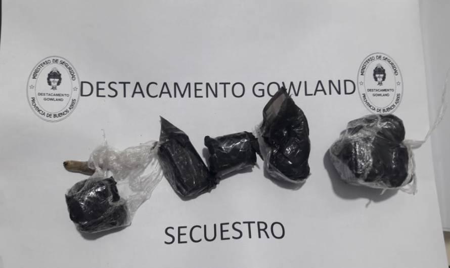 En Gowland Policía detecta joven con sustancias prohibidas en su haber