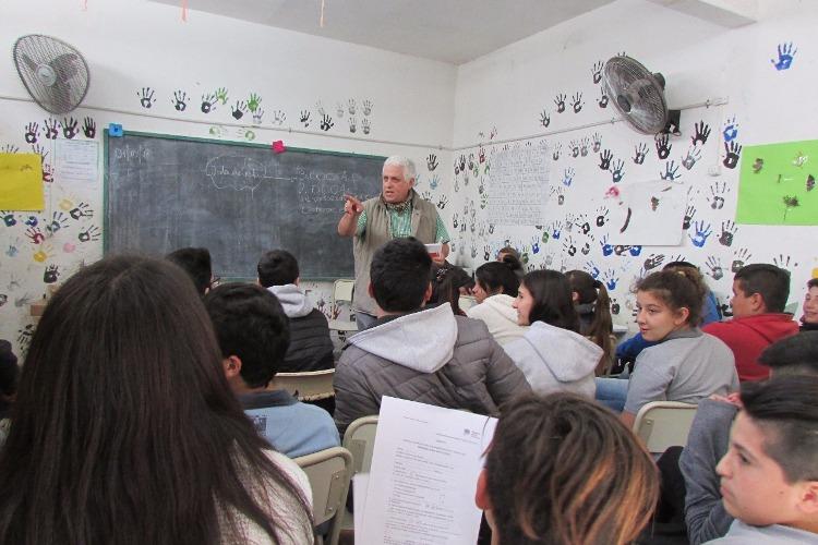 Entregaron libros de Dinova en dos escuelas rurales