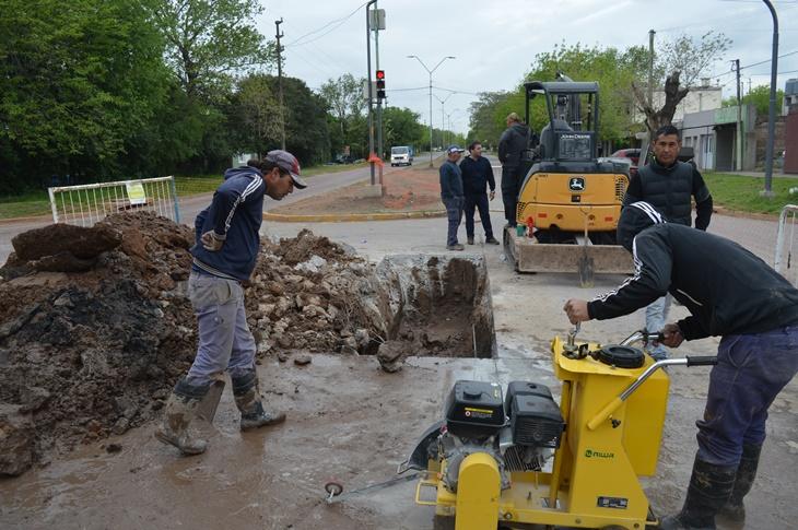 Municipio inicia obra de reparación de red de cloacas en avenida 40 y 15
