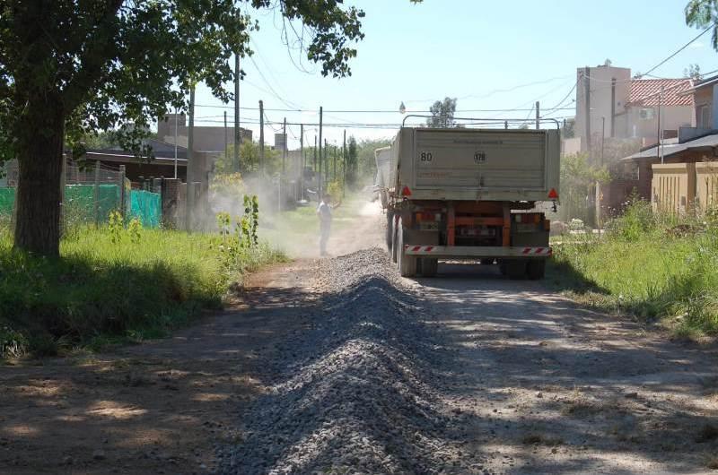 Mejoran accesos y caminos en distintos barrios de la ciudad