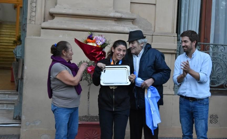Tras ganar sus dos oros, Romina Fernandez fue recibida por su gente