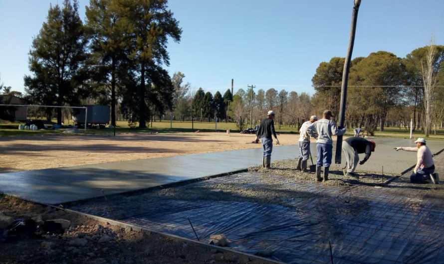 Avanza el polideportivo en el Parque Municipal con obras para canchas de tenis