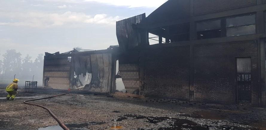 Destrucción total y un herido en el gran incendio en agroquimicos La Verde