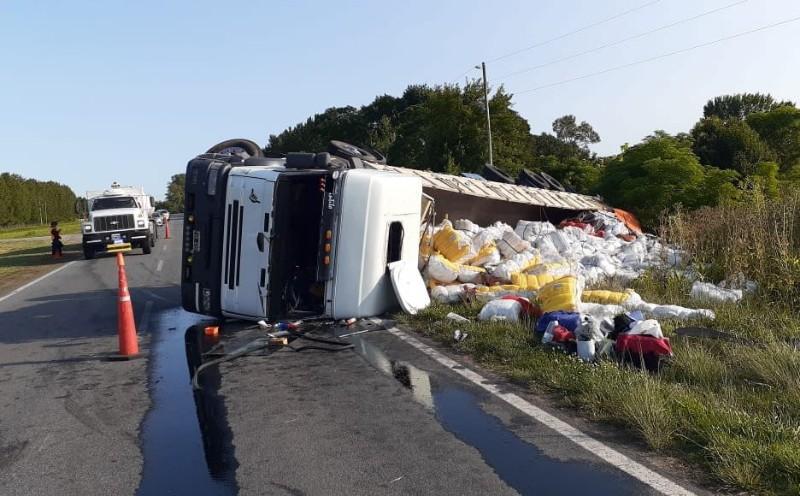 Vuelca camión en Ruta 41 camino a Mercedes