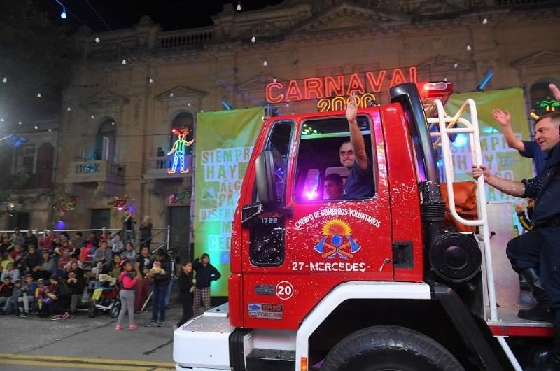 Bomberos abren las noches de carnaval