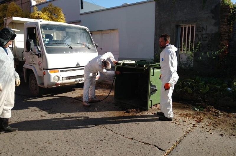 Desinfectan espacios públicos y contenedores