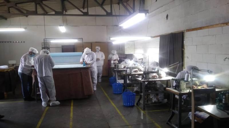 En un mes casi un centenar de presos bonaerenses fabricaron 85.000 barbijos en 12 talleres textiles