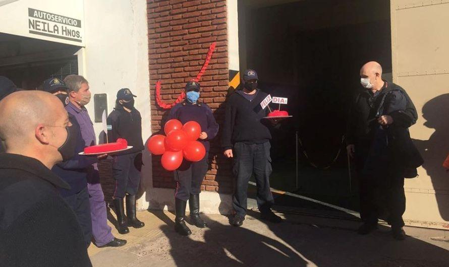 Bomberos celebraron su día con el apoyo de los vecinos que decoraron sus domicilios