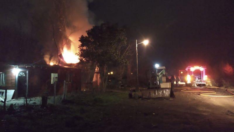 Daños materiales totales tras incendio en una vivienda en 4 y 59