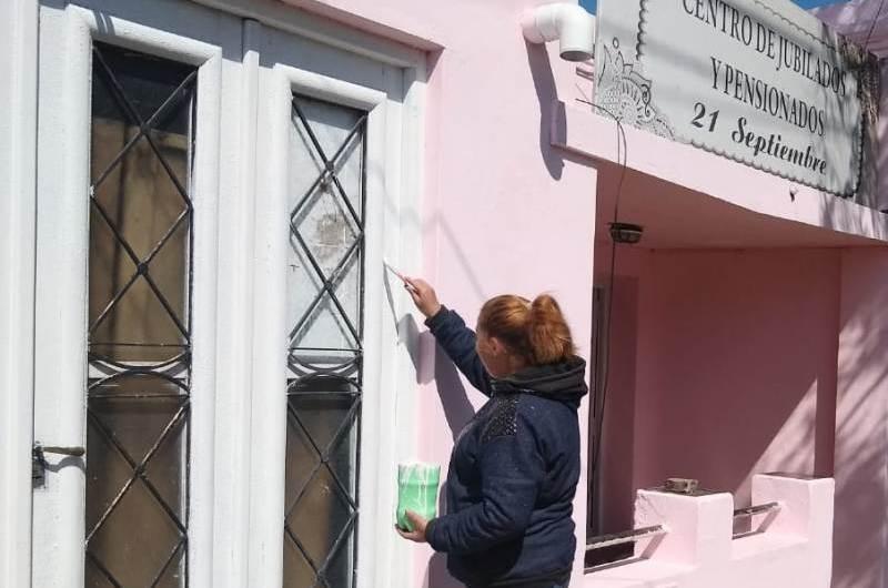 Beneficiarios del Potenciar Trabajo pintan centro de jubilados