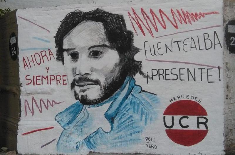 Realizan mural en homenaje al docente Carlos Fuentealba