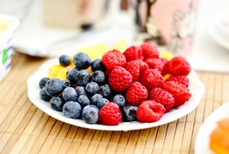 frambuesas-fruta-arandanos-plato