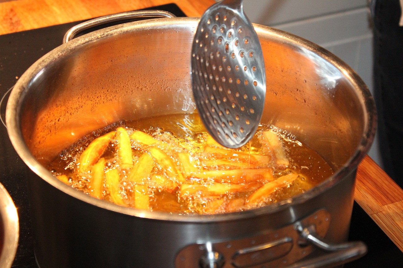 freir patatas cazuela espumadera