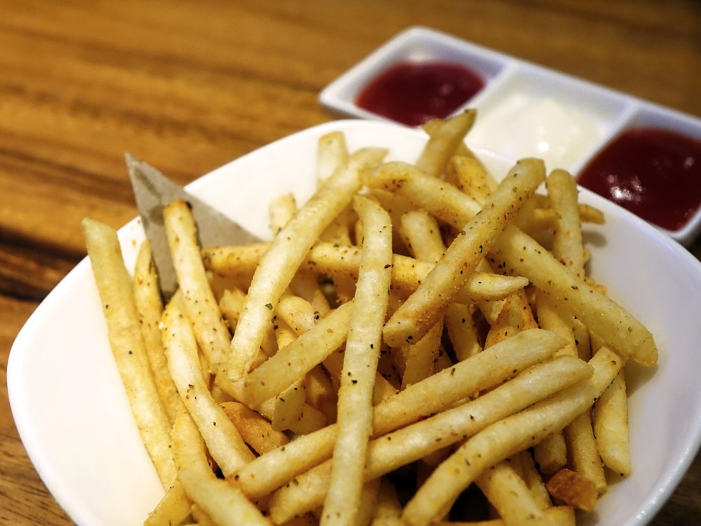 patatas-fritas-sazonadas-salsas