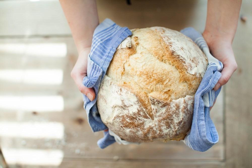pan casero horneando manos