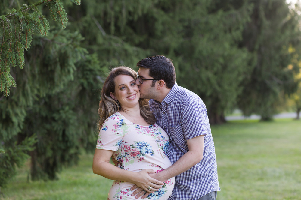 maternity session dad kissing mom cheek