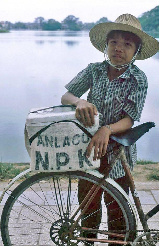 Kid by Hoan Kiem lake - Việt Nam 1991-1993 @Hans-Peter Grumpe. Bản quyền thuộc tác giả.
