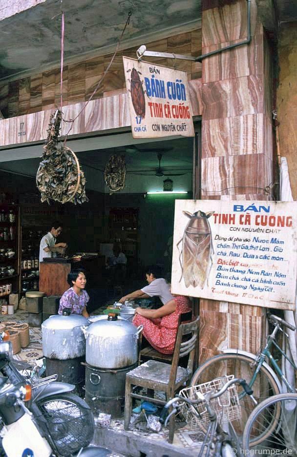 Hàng bánh cuốn này mình hay ăn, nay đã đóng cửa. Việt Nam 1991-1993 @Hans-Peter Grumpe. Bản quyền thuộc tác giả.