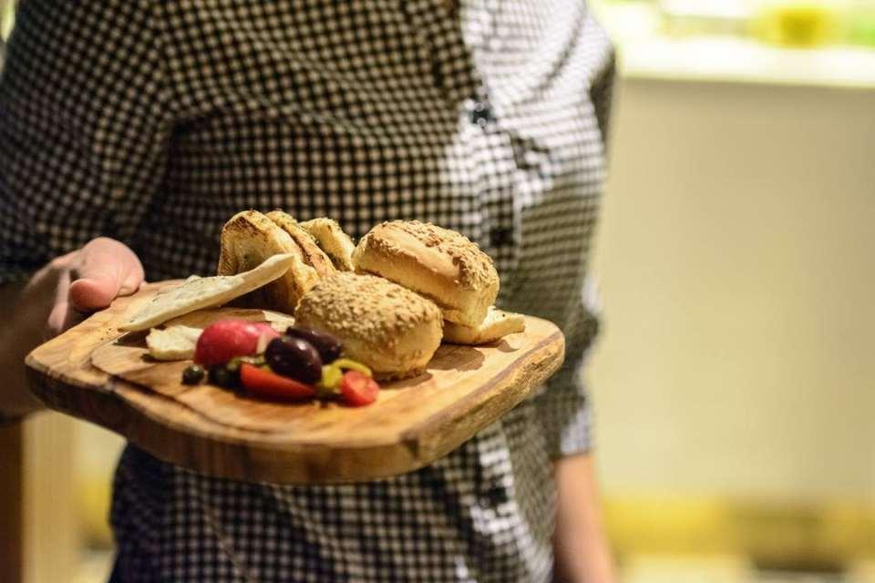 Ξεκινήστε το γεύμα σας με φρέσκο ψωμί, ζεστά πιτάκια και συνοδευτικά λαχανικά!