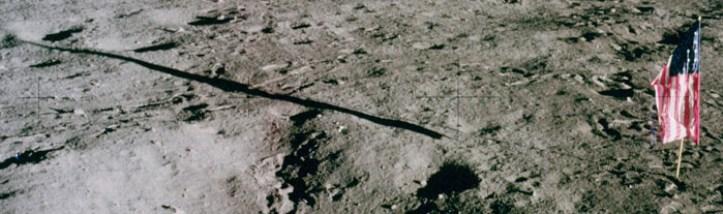 Vista de la bandera y la sombra desde la ventana de LMP después de EVA-1