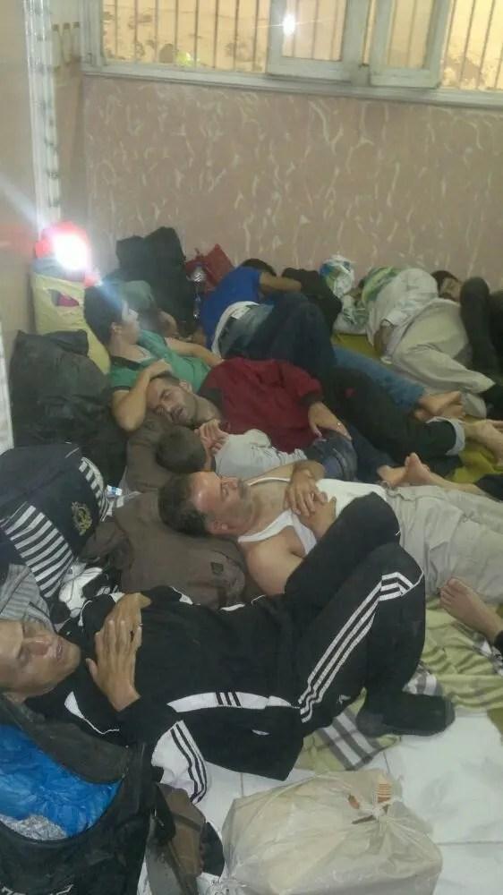 Grupo de homens da Síria detidos na delegacia de polícia de Abu Qir, em Alexandria, em setembro deste ano. (Foto privada, via HRW)