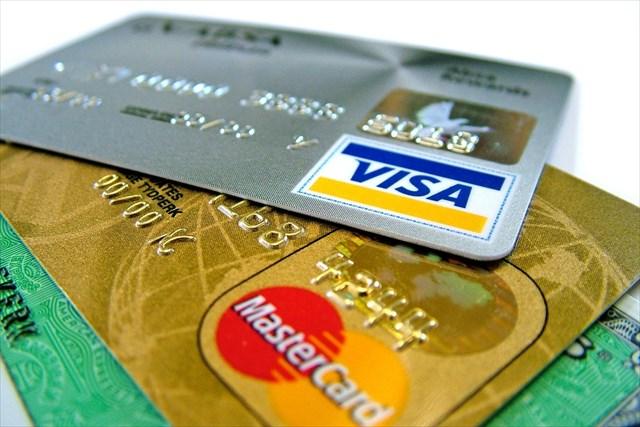 クレジットカードを使うかどうか考える