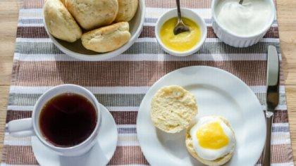 Ora del tè in Inghilterra Scones e Lemon Curd