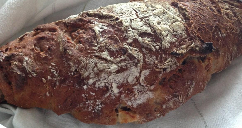 Surdegsbröd med äpple och valnötter - Recept på Hssons Skafferi
