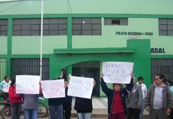 Familiares de la anciana  fallecida,  en la comisaria de Huaral exigiendo justicia