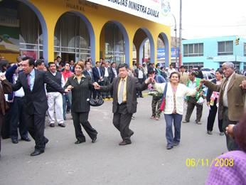 Autoridades danza alegremente tras otorgamiento de la buena pro carretera Huaral -Acos