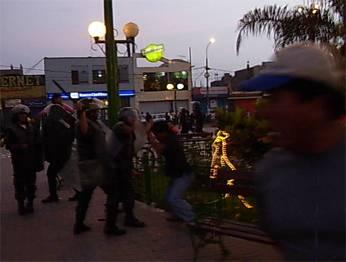 Momentos cuando la policía repela a transportista en la plaza de armas