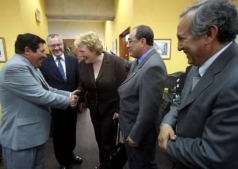 Viceministro de Gestión Institucional, Víctor Raúl Díaz Chávez y directora general del Consejo Educativo de Finlandia, Kirsi Lindroos.  Foto: Andina