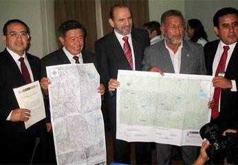 Presidentes Regionales de Huanuco, Pasco y Lima, Jorge Espinoza, Doctor Félix Rivera e Ing. Nelson Chui Mejía, junto a Premier Yehude Simon Munaro,  mostrando firma de acta de acuerdo límites.