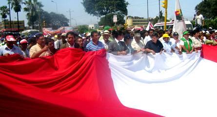 Autoridades marcharon portando una gigantesca bandera nacional.