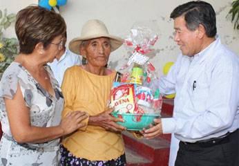 Entregaron canastas de víveres y regalos a más de cuatrocientas madres