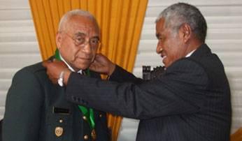 Foto Archivo.Momentos en que el Burgomaestre de Huaral le otorgaba las medallas de la ciudad en honor a tan importante cargo