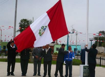 Izamiento de la bandera nacional.
