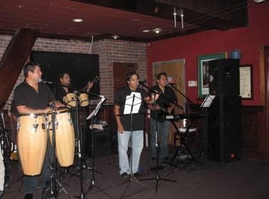 Huaralino cantando en la Orquesta Son y Sabor