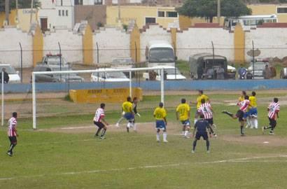 Unión Huaral también buscó el gol.