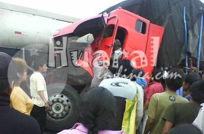 El tráiler rojo volvo se incrustó  en el camión cisterna.