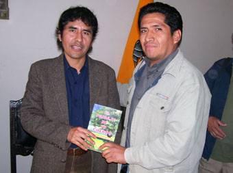 Julian Rodríguez escritor huaralino y David Borja periodista de Canal 9 adquiriendo su libro