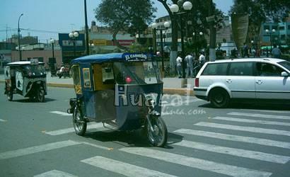 Mototaxistas en plaza de armas de Huaral.